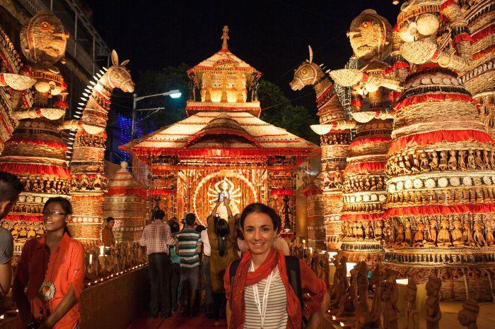 Visitando uno de los más de 2700 pandals que crearon para el festival Durga Puja en Calcuta
