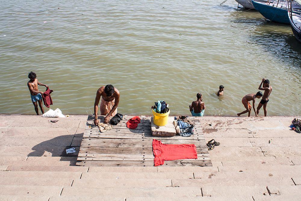 Lavando la ropa en el río Ganges