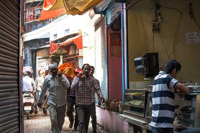 Familiares trasladando un cadáver por las calles de Varanasi hasta el Ghat crematorio