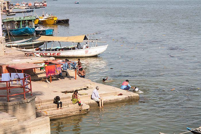 La vida continúa... Esta instantánea fu tomada a tan sólo 50 metros del ghat crematorio principal