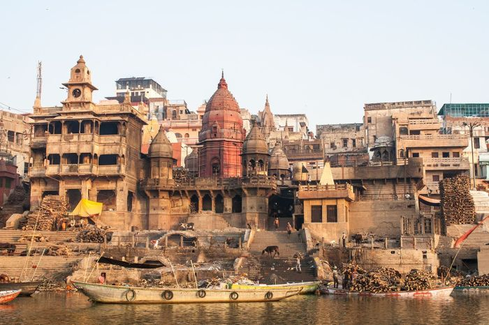 Ghat crematorio principal de día, visto desde una embarcación sobre el río Ganges