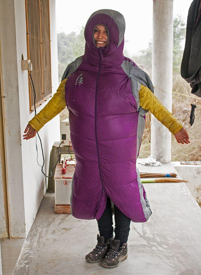 Lalita posando con el saco de dormir / chaqueta