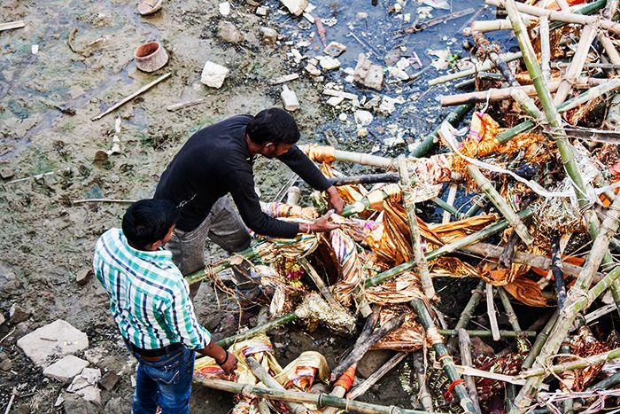 Removiendo entre los desperdicios de otros rituales funerarios a orillas del Ganges
