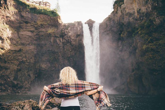 mujer-cascada-naturaleza 5 destinos para viajeras novatas