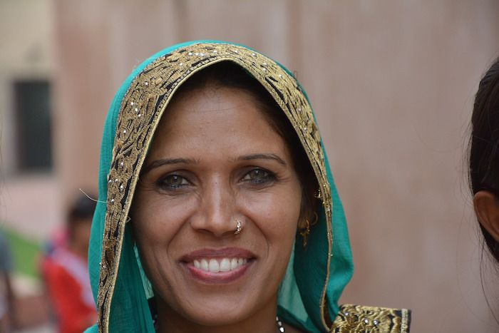mujer-india-equipaje