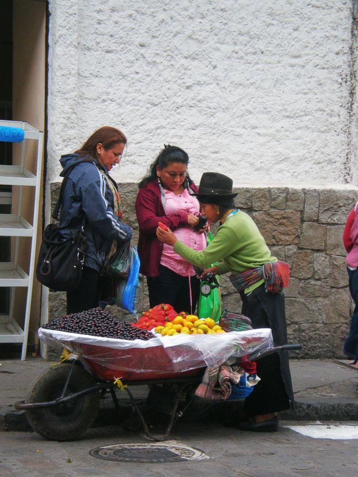 Vendedora de fruta en la calle de Cuenca Ecuador