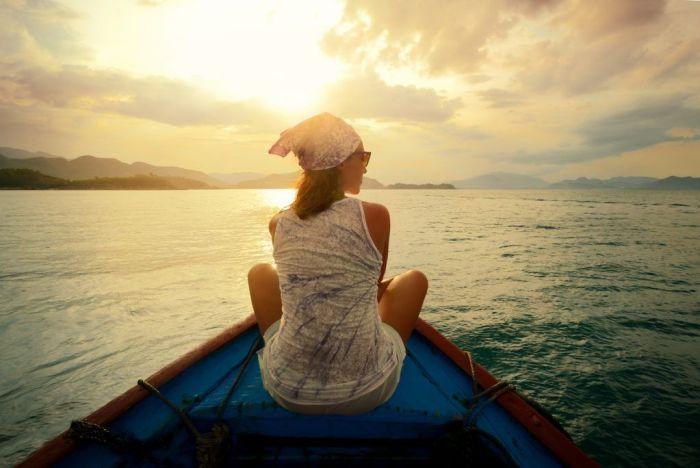 Mujer surcando los mares via Shutterstock