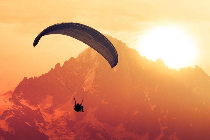 Volando en parapente via Shutterstock