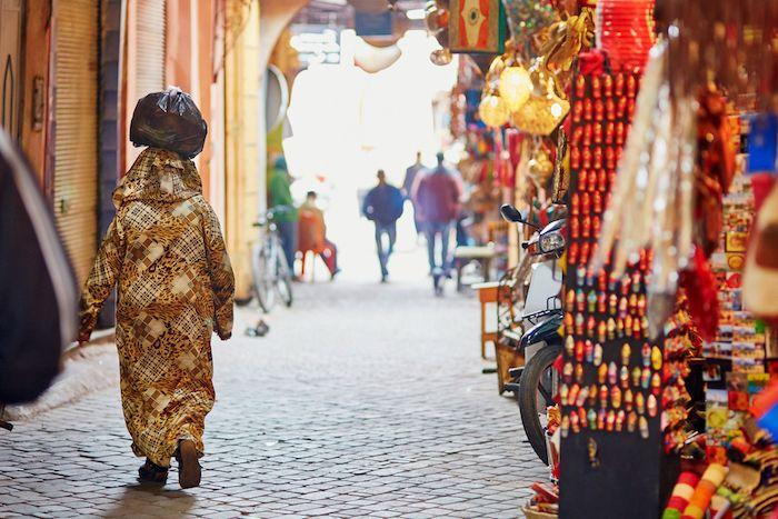 Mujer en el zoco de Marrakech via Shutterstock