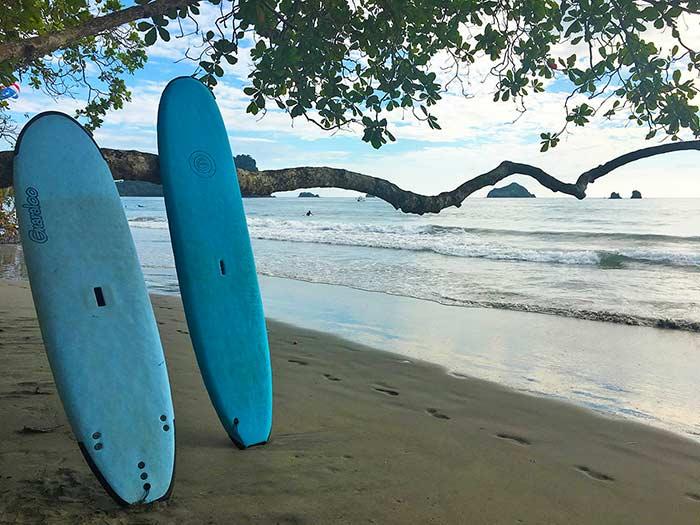 Tablas de surf en una playa de Manuel Antonio, Costa Rica