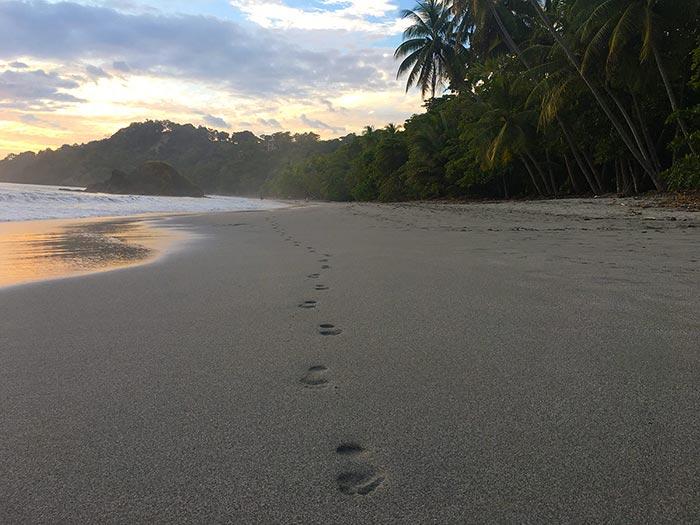 Mis huellas en una playa de Manuel Antonio, Costa Rica
