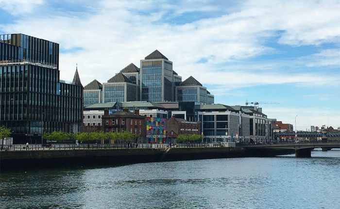 Vistas de los edificios de Dublín con el río