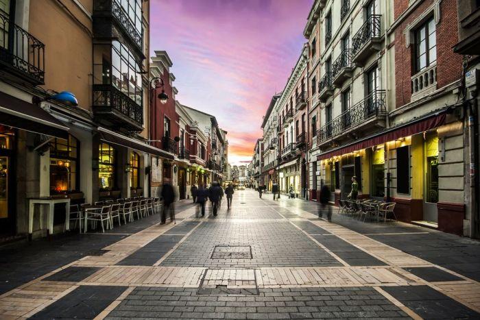 Calles de la ciudad de León al atardecer