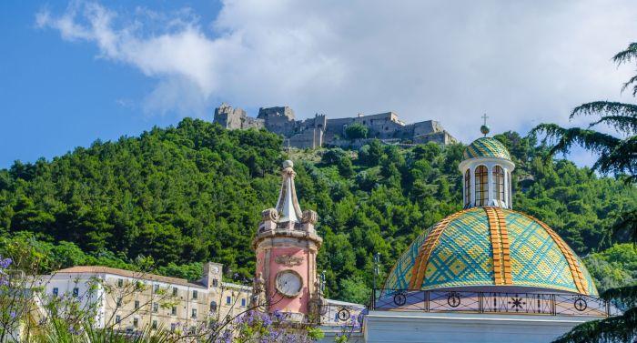 Cúpula de la Annunziata con el castillo de fondo. Salerno