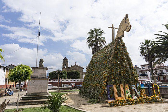 Plaza central de cuanajo por el dia de los muertos mexico