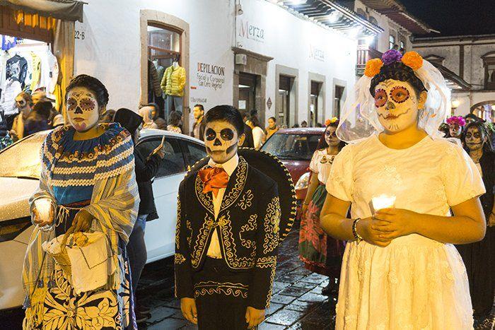 desfile de catrinas en patzcuaro michoacan mexico