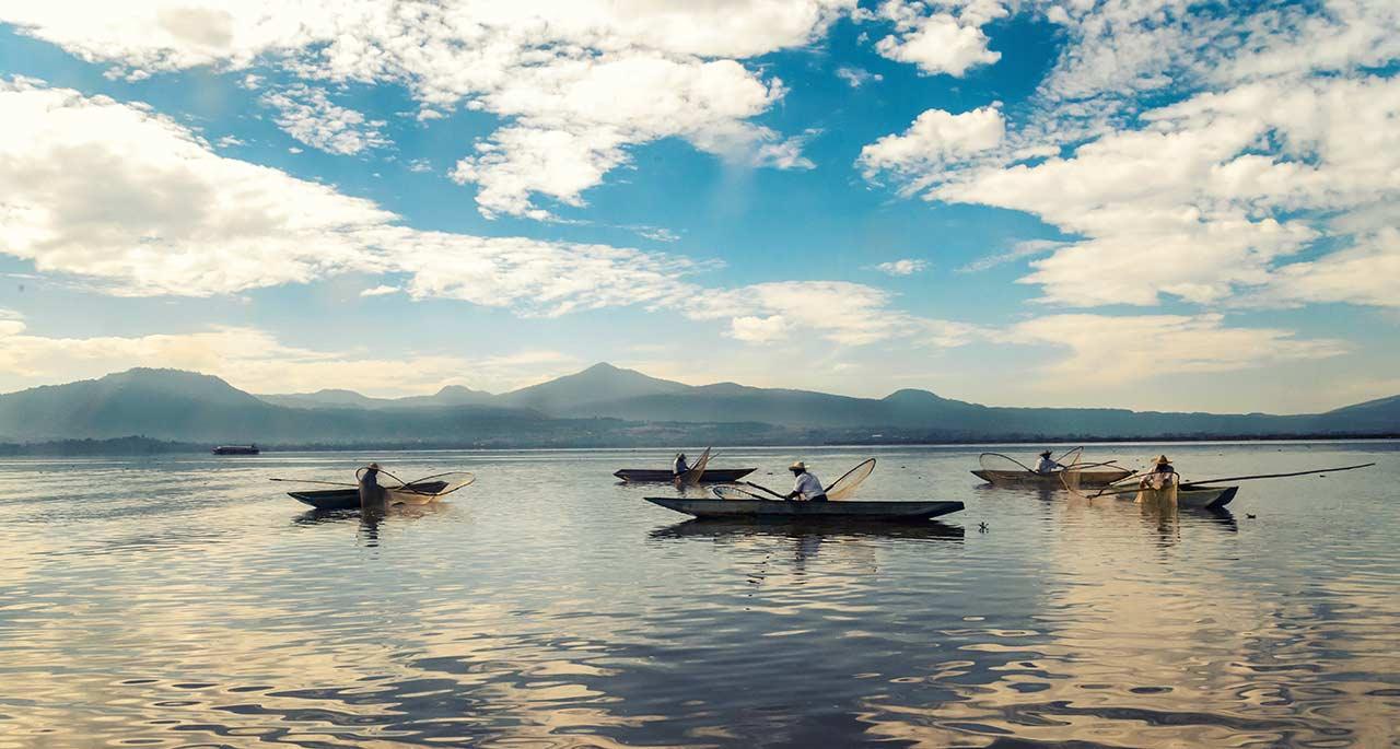 pescadores de paztcuaro esperando el momento para lanzar sus redes