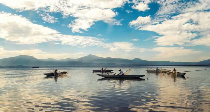 Lago de Pátzcuaro y pescadores en Michoacán México