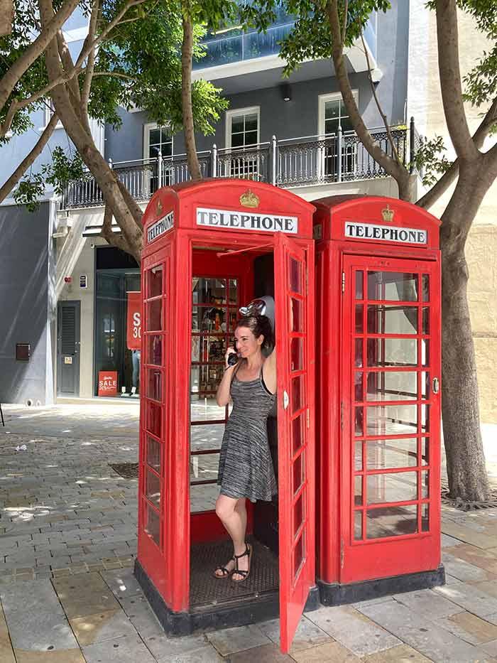 Típica cabina telefónica en el centro histórico de Gibraltar