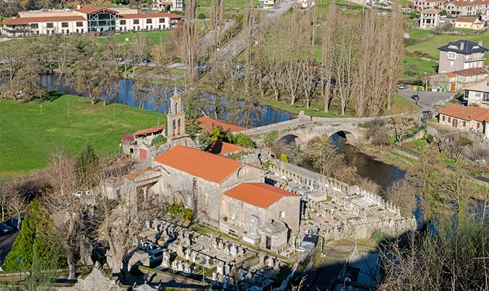 Vista aérea de iglesia y río en Allariz