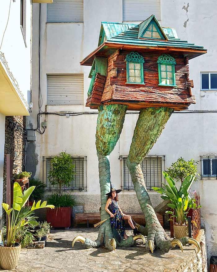 La casa de la bruja Baba Yaga y la Fuente del Chorro, en Soportújar