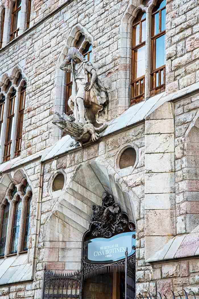 Escultura de San Jorge y el Dragón en la fachada de Casa Botines, León