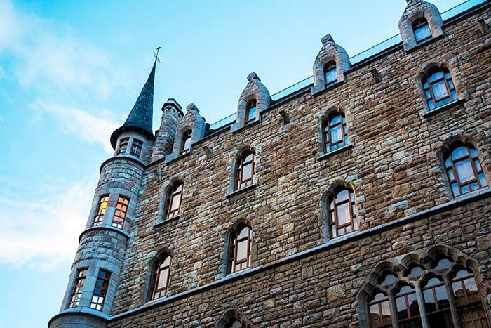 Aspecto de castillo medieval de la Casa Botines