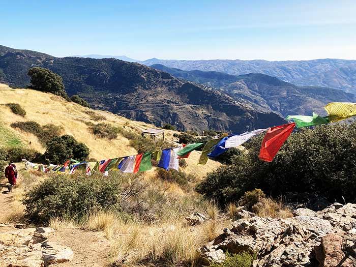 Banderines en el centro budista de la Alpujarra Granadina