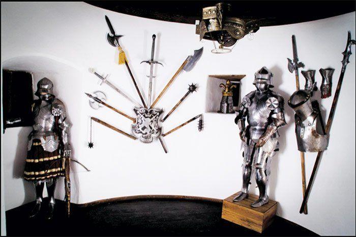 Sala con armaduras en el castillo de Bran