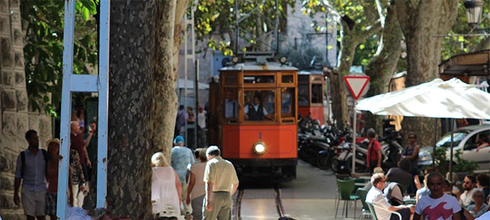Tranvía pasando por la Plaza de la Constitución en Sóller, Mallorca