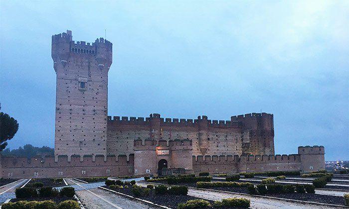 Castillo de la Mota al anochecer
