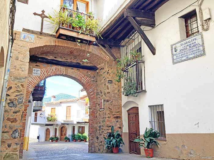 Arco de Sevilla, a pasitos de la plaza principal de Guadalupe