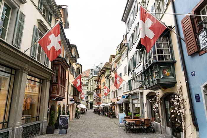 Antigua calle medieval, hoy un eje comercial importante en Zúrich