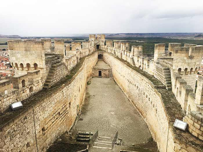 El castillo de Peñafiel con forma de proa de un barco