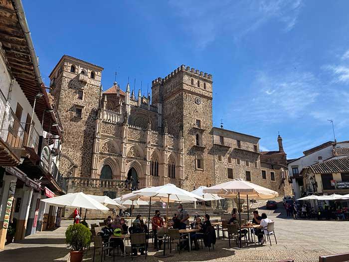 Plaza Santa María de Guadalupe, con una de sus terrazas y el monasterio de fondo
