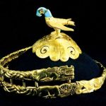 Eagle decorated golden crown top and golden crown belt of the Warring States Period.