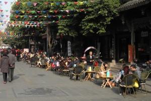 Teehaus-Szenerie an einer Straße nahe dem Wenshu Kloster, kurz vor dem Frühlingsfest