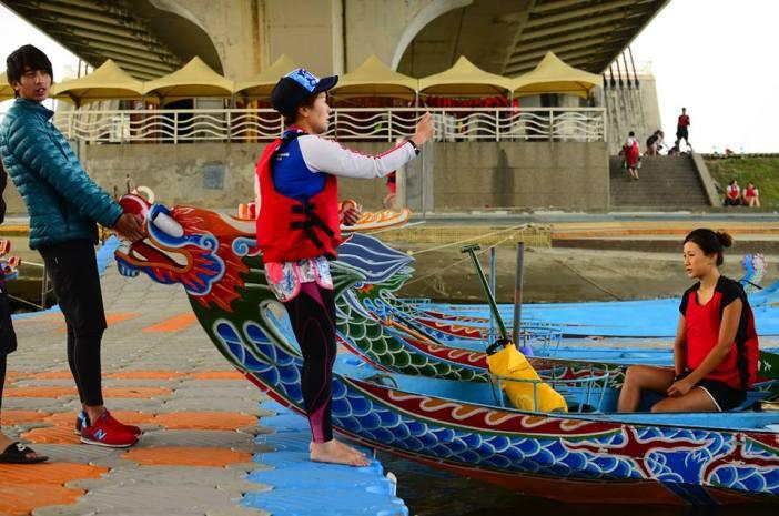 Ein Drachenboot wird an Land gezogen