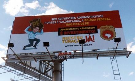 Sindicato instala painéis próximos ao aeroporto de Brasília para cobrar valorização