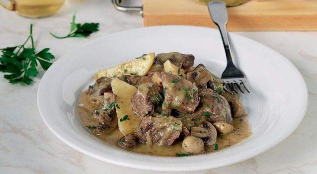 Μοσχαράκι με πατατούλες και μανιτάρια στη κατσαρόλα