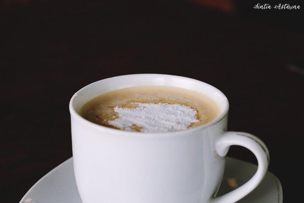 Secangkir kopi untuk mennghangatkan tubuh.