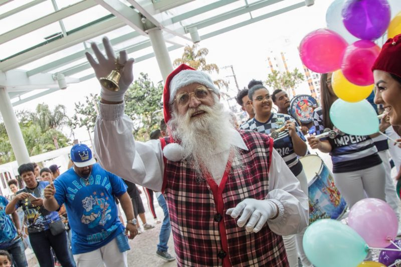 Chegada do Papai Noel abre comemorações de Natal ao som da Bateria da Império de Casa Verde