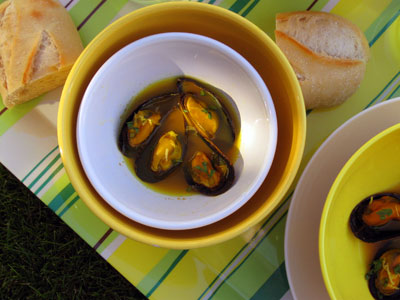 mussels in a broth with garlic, saffron and mustard