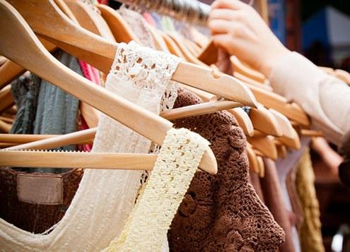 vestiti usati al Mercato dell'Usato Solidale Si Può Fare