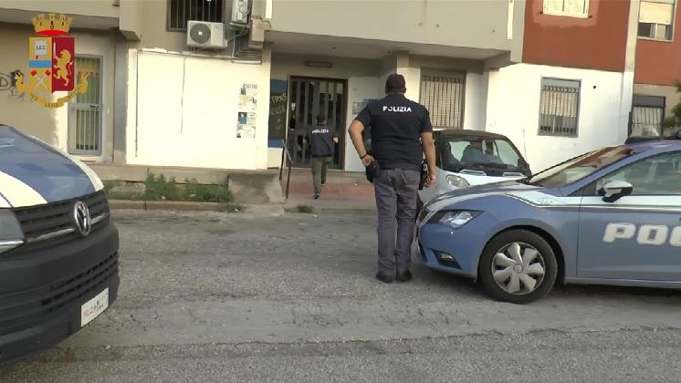 """Nuovo blitz della Polizia nella """"piazza dello spaccio"""", 3 arresti e  sequestro di armi e droga – siracusa2000.com"""