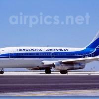 Aerolíneas Argentinas comenzó con la pintura del avión retro