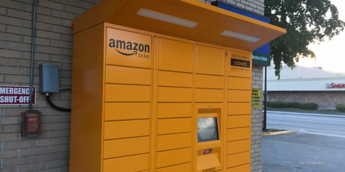 Hijas retiran productos del Amazon Locker cerca de Miami