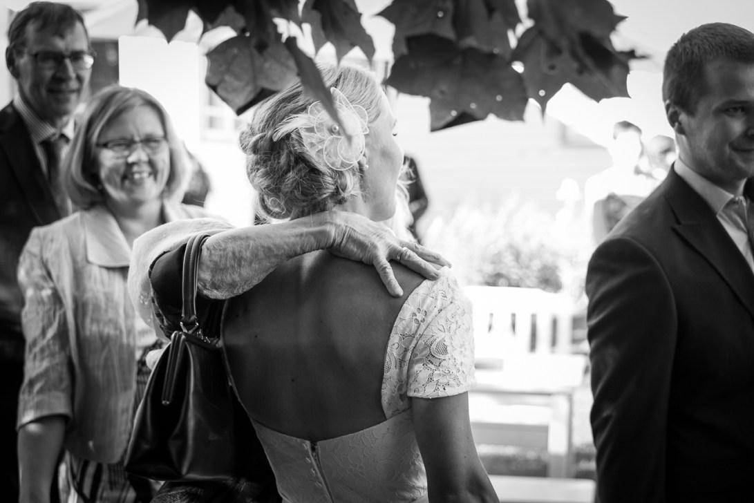 Vanhan nainen onnittelee nuorta morsianta
