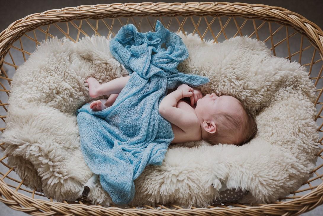 Vauvakuvaus rottinkisängyssä