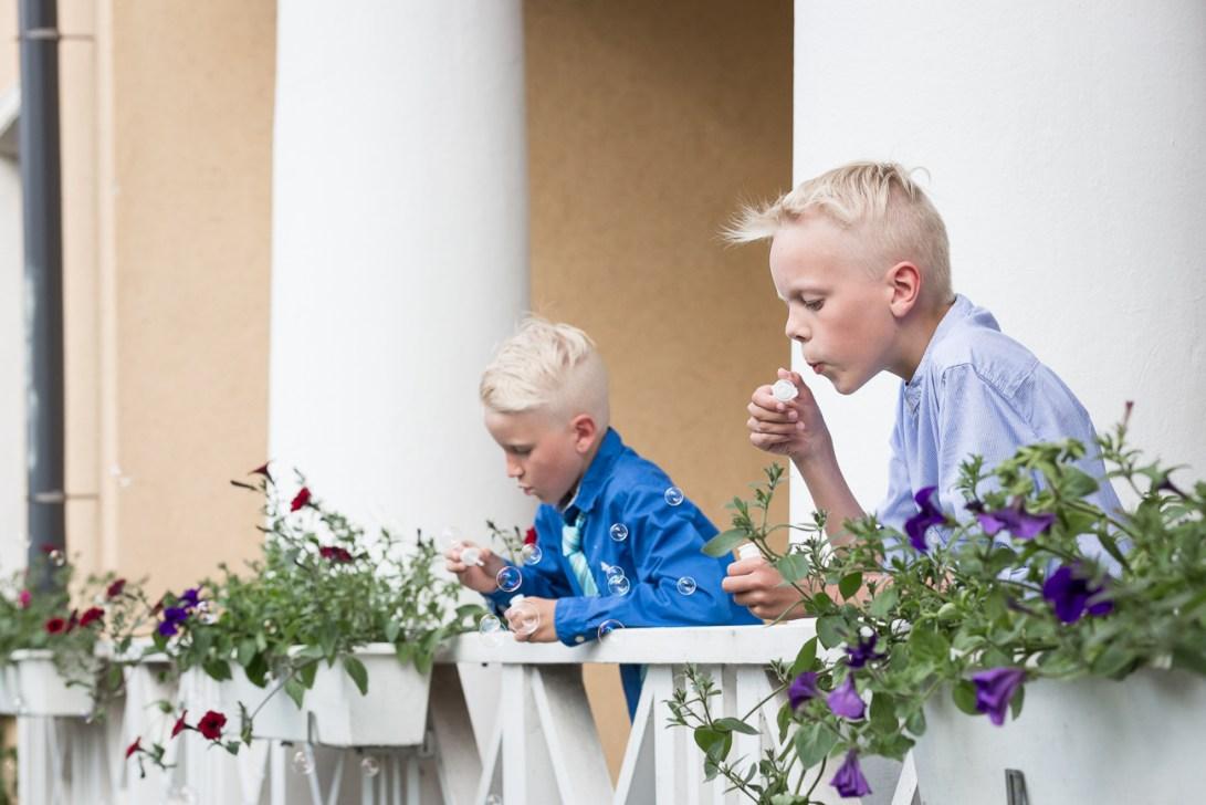 Pojat puhaltavat saippuakuplia